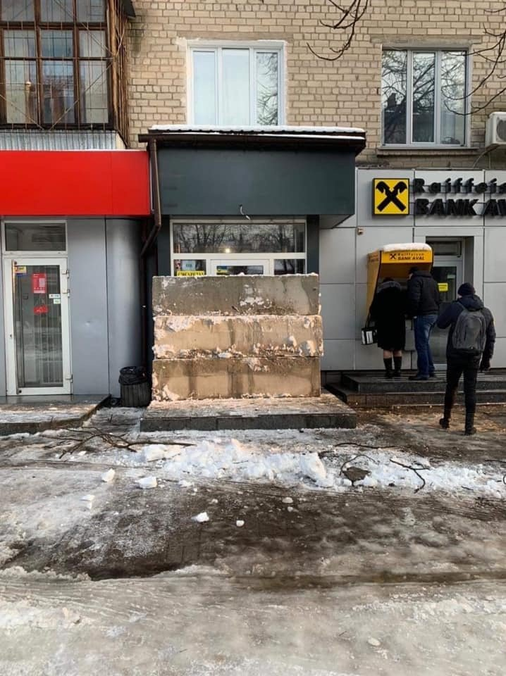 Продавали алкоголь круглосуточно: в Днепре наливайку «забаррикадировали» бетонными блоками, - ФОТО, фото-1