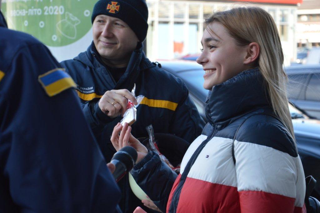 В Днепре спасатели поздравили горожан с Днем всех влюбленных и напомнили о правилах безопасности, - ФОТО, ВИДЕО, фото-6