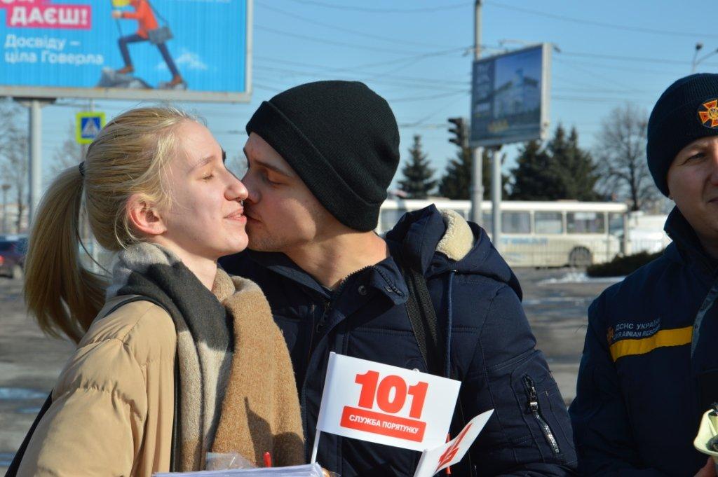 В Днепре спасатели поздравили горожан с Днем всех влюбленных и напомнили о правилах безопасности, - ФОТО, ВИДЕО, фото-5