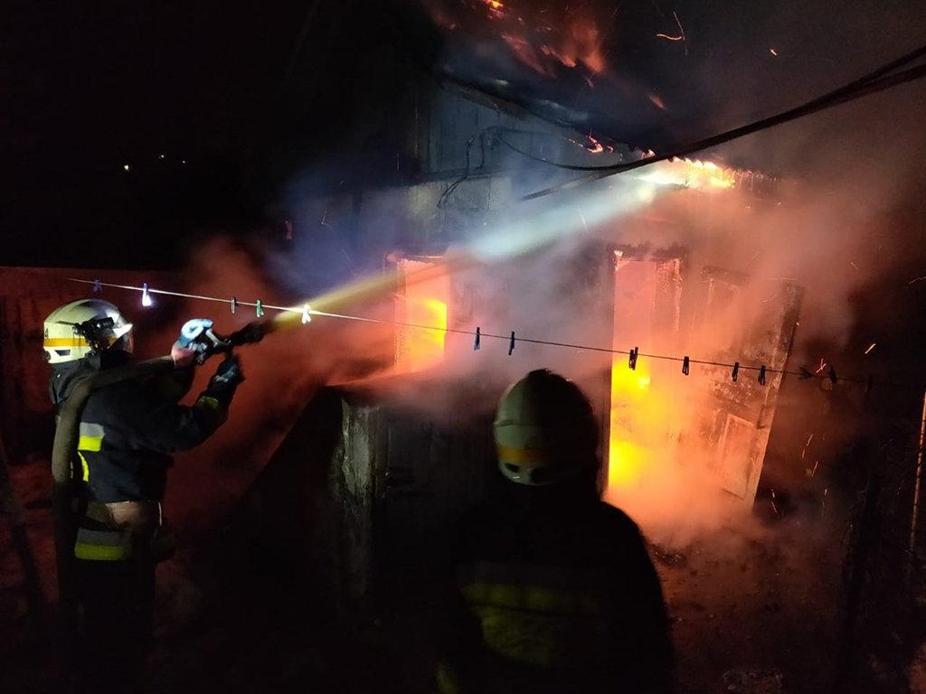 В Днепре 8 спасателей тушили пожар в хозпостройке, - ФОТО, фото-1