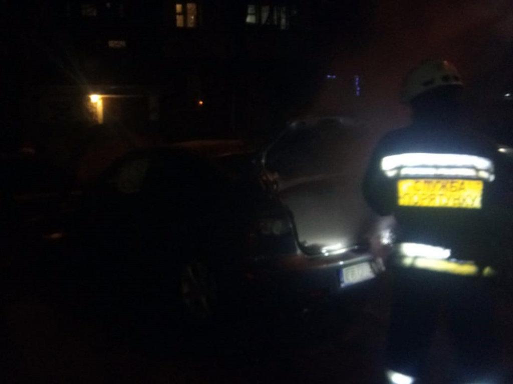 В Днепре на стоянке загорелся автомобиль: его тушили пожарные, - ФОТО, фото-2