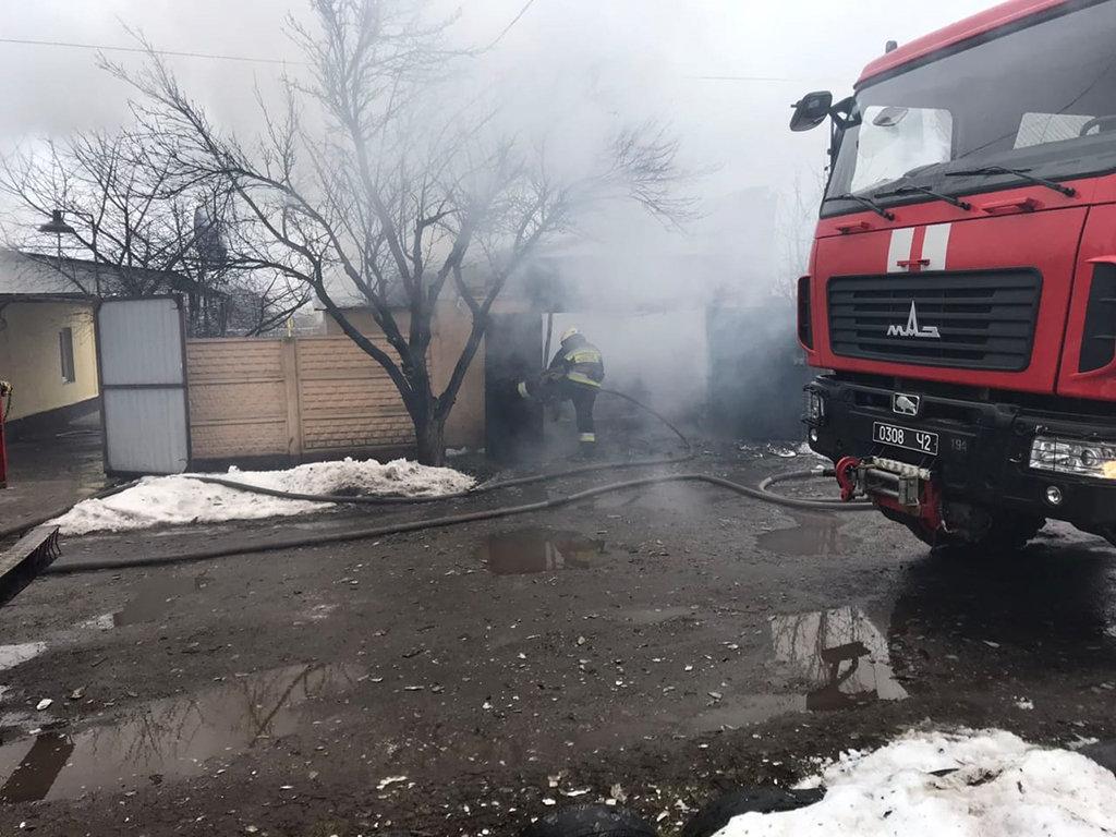 В Днепре горел гараж с автомобилем: есть пострадавший, - ФОТО, фото-4