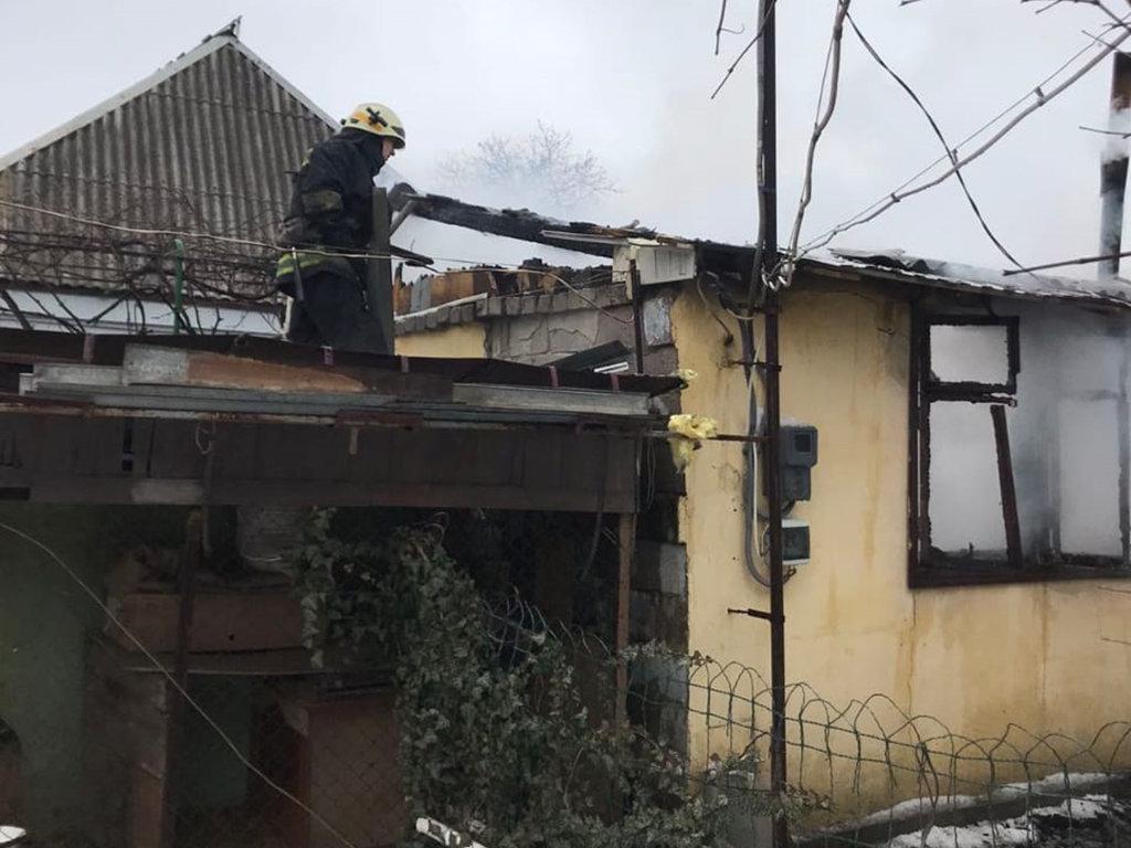 В Днепре горел гараж с автомобилем: есть пострадавший, - ФОТО, фото-1