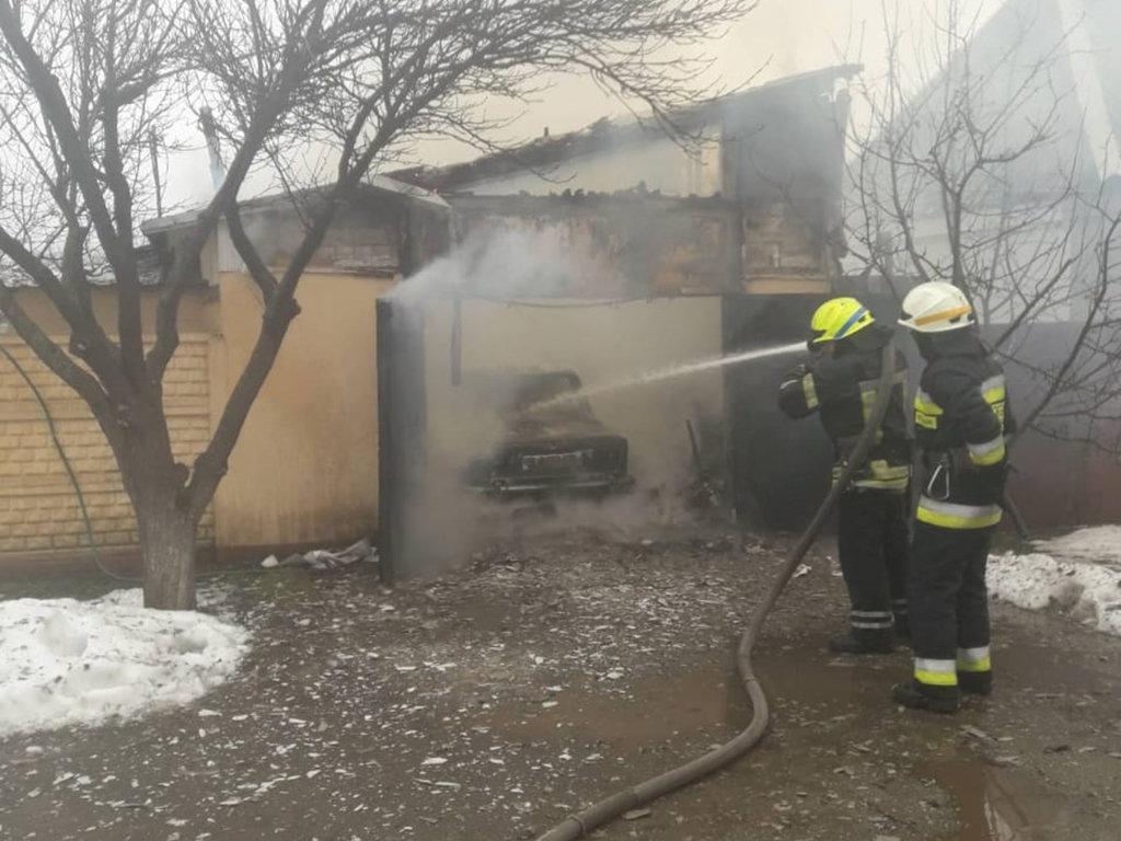 В Днепре горел гараж с автомобилем: есть пострадавший, - ФОТО, фото-3