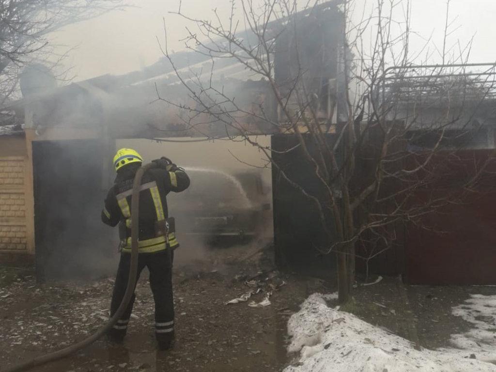 В Днепре горел гараж с автомобилем: есть пострадавший, - ФОТО, фото-2