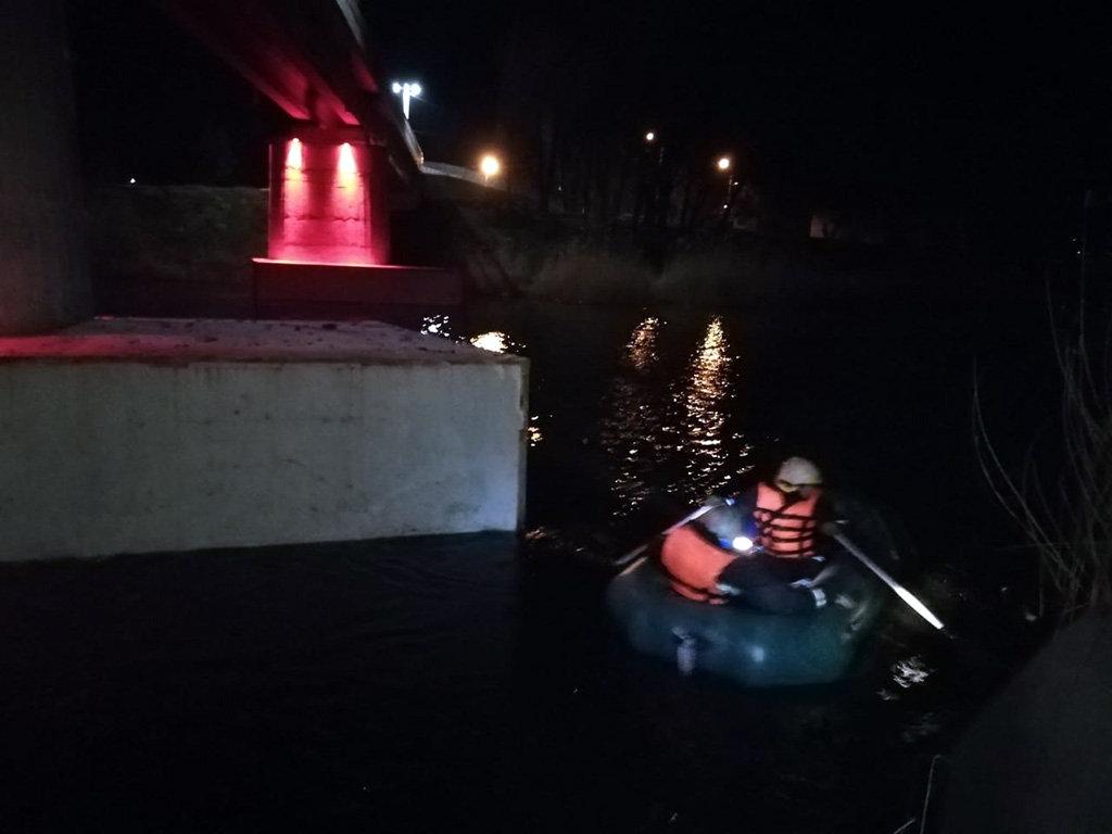 Под Днепром женщина спрыгнула с моста в воду: ее тело доставали спасатели, - ФОТО, фото-1