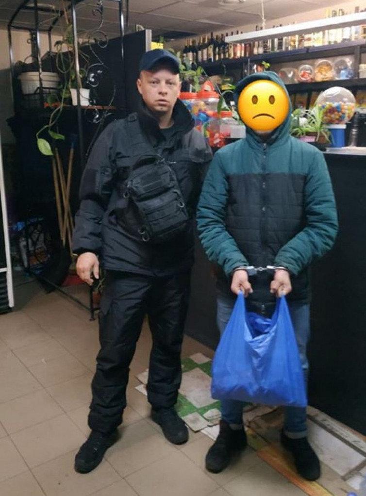 На Днепропетровщине парень хотел ограбить магазин, оказался запертым и ночью поел продукты с полок, - ФОТО, фото-1