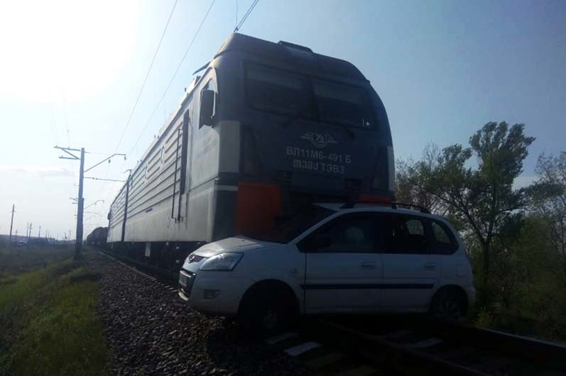 На Днепропетровщине поезд столкнулся с легковушкой: есть погибшие, - ФОТО, ВИДЕО, фото-1