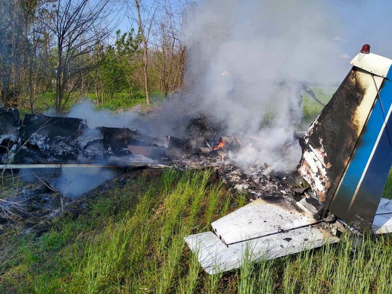 Под Днепром упал и загорелся частный самолет, есть погибшие - ФОТО, фото-1