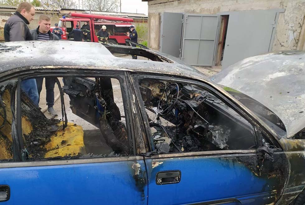 На Днепропетровщине у гаража загорелся автомобиль, - ФОТО, фото-1