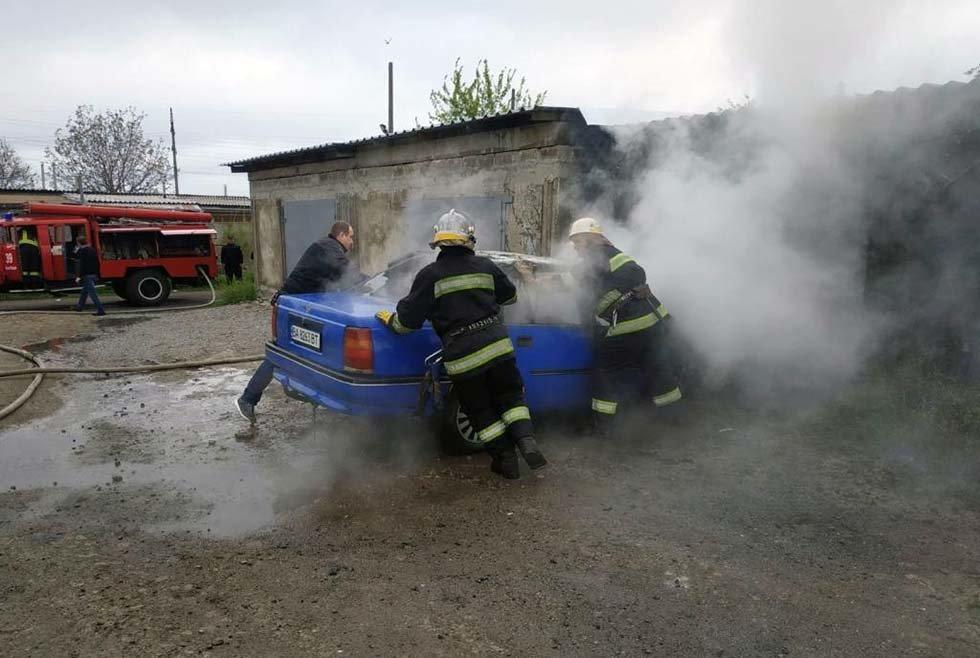 На Днепропетровщине у гаража загорелся автомобиль, - ФОТО, фото-2