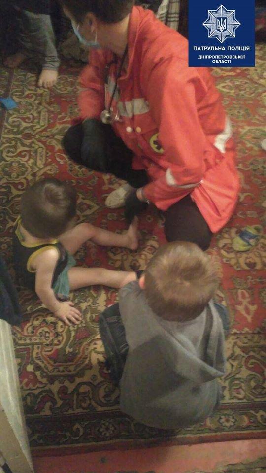 Днепровские патрульные спасли двух детей, которые находились на подоконнике балкона, - ФОТО, фото-1