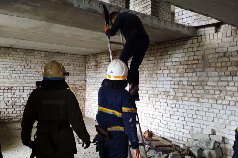 В Днепропетровской области 13-летний парень забрался на последний этаж недостроя и не мог спуститься самостоятельно, - ФОТО, фото-1