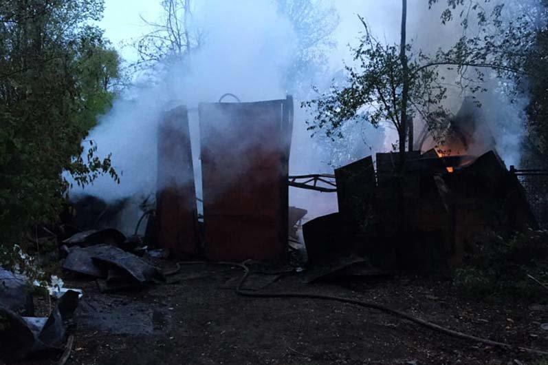 В Днепре горел склад со вторичным сырьем: спасатели час тушили огонь, - ФОТО, фото-1