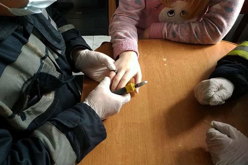 На Днепропетровщине девочка не смогла снять кольцо: спасатели разрезали его болгаркой, - ФОТО, фото-1