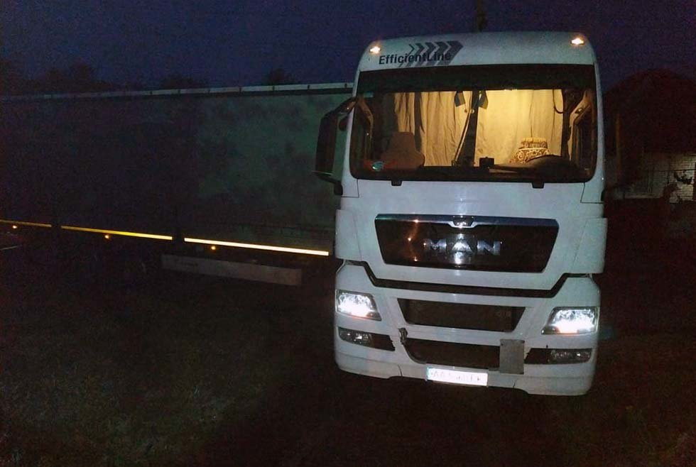Под Днепром грузовик застрял на проезжей части и перекрыл дорогу транспорту, - ФОТО, фото-2