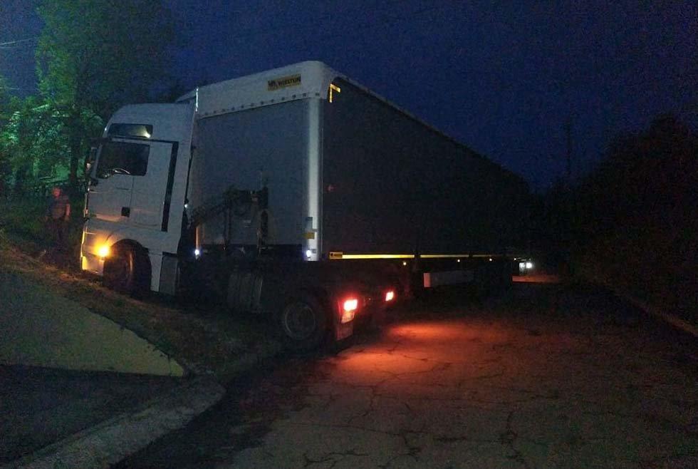 Под Днепром грузовик застрял на проезжей части и перекрыл дорогу транспорту, - ФОТО, фото-1