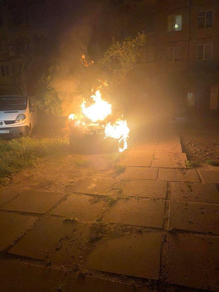 В Днепре ночью под жилым домом загорелся автомобиль, - ФОТО, фото-1