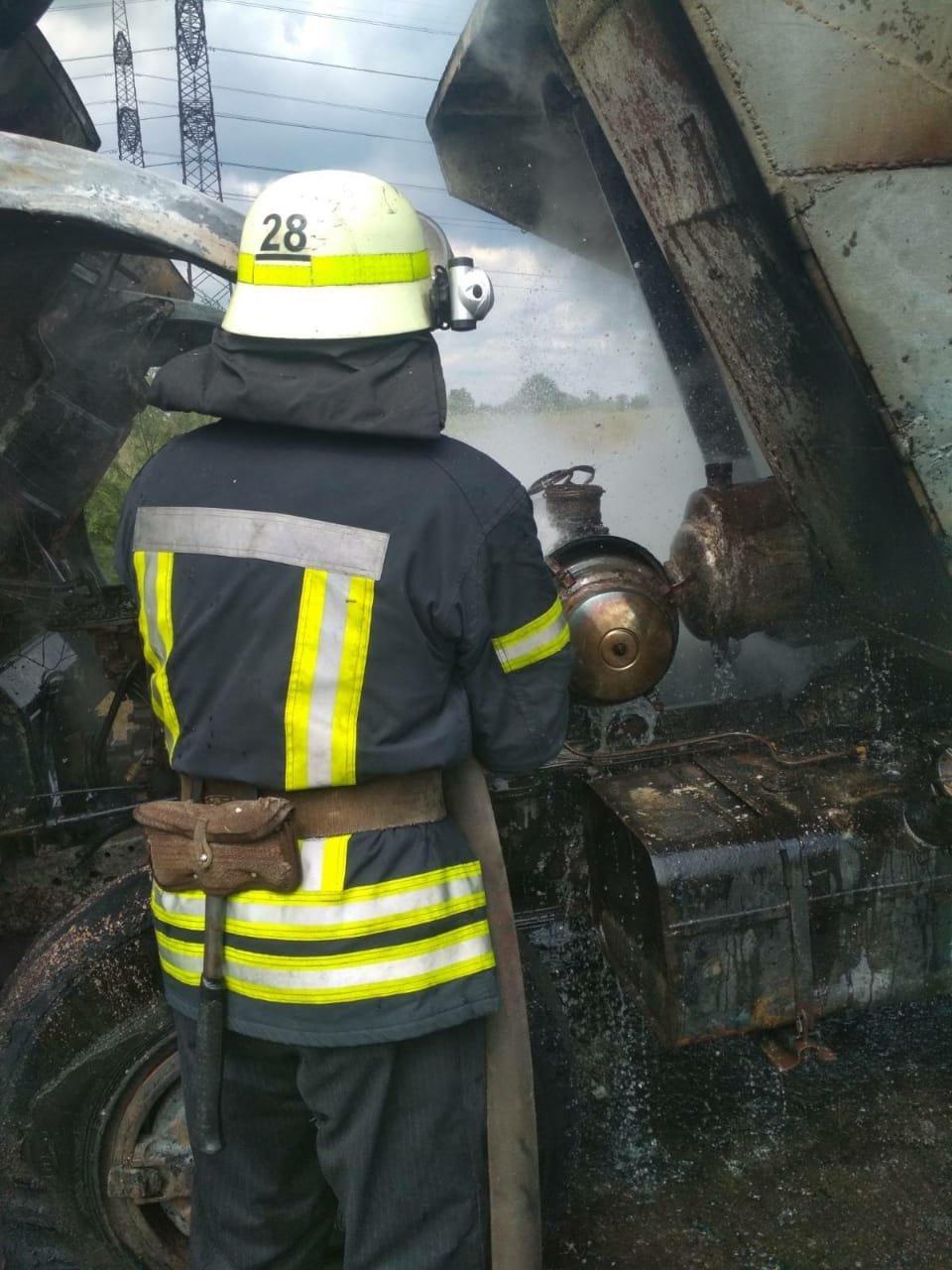 В Днепропетровской области на трассе во время движения загорелся грузовик, - ФОТО, фото-2
