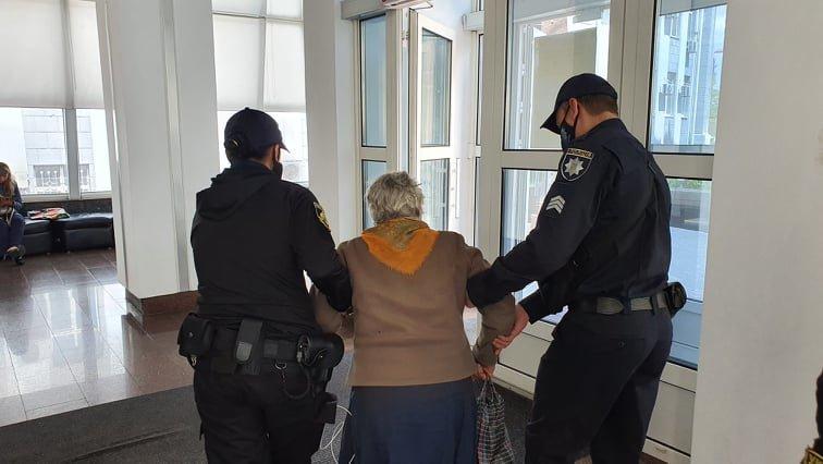 Приехала в Днепр за помощью: 83-летняя жительница области бежала от сына, который ее избивал, фото-1