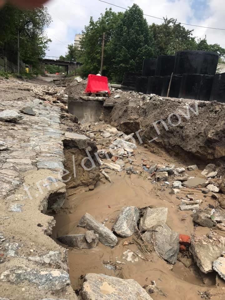 Дождь размыл Крестьянский спуск в Днепре: на дорогах появились огромные дыры, - ФОТО, фото-5
