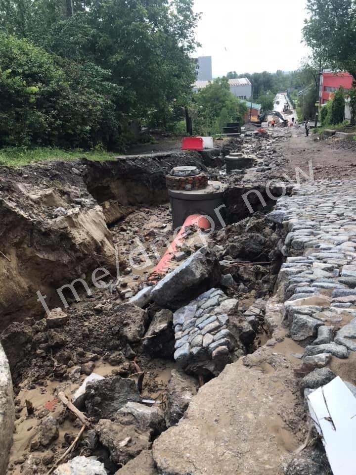 Дождь размыл Крестьянский спуск в Днепре: на дорогах появились огромные дыры, - ФОТО, фото-1