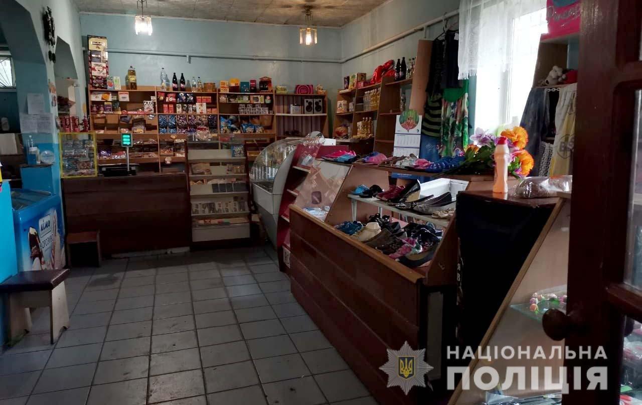В Днепропетровской области двое юношей ограбили магазин, пробравшись туда через окно, - ФОТО, фото-1
