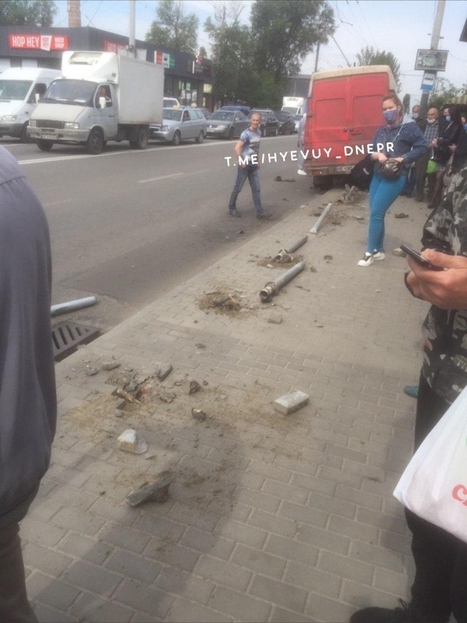 В Днепре на Калиновой  микроавтобус влетел в остановку, - ФОТО, фото-2