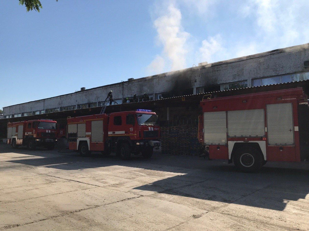 В Днепре 16 пожарных тушили горящий склад, - ФОТО, фото-1