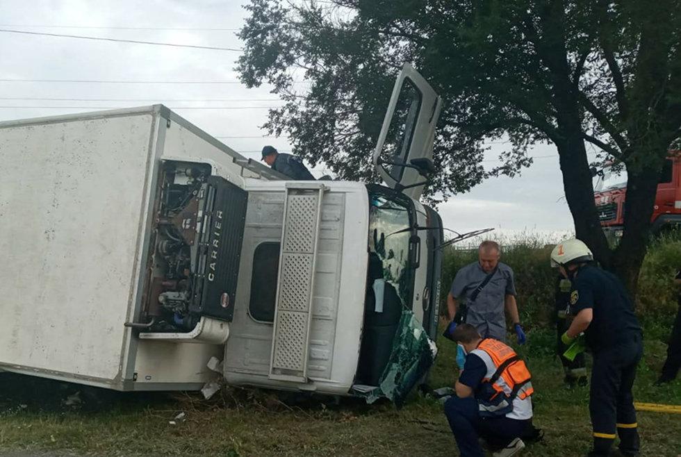 В Днепре перевернулся грузовик: водитель погиб на месте аварии, - ФОТО, фото-1