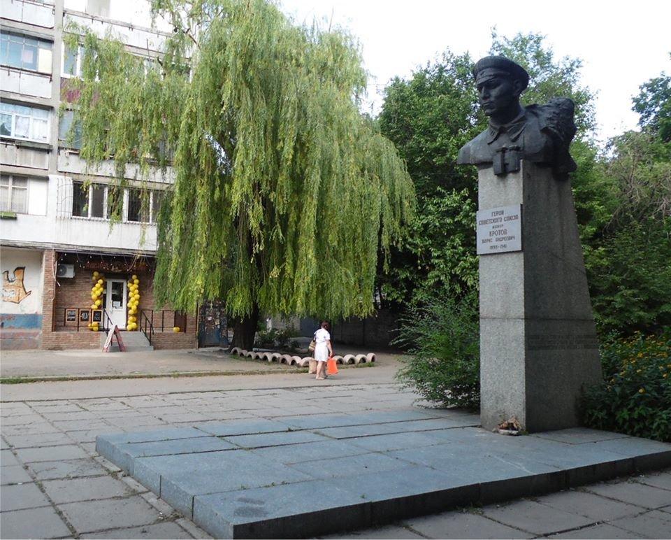 Днепряне возмущены соседством наливайки с памятником Борису Кротову, фото-1