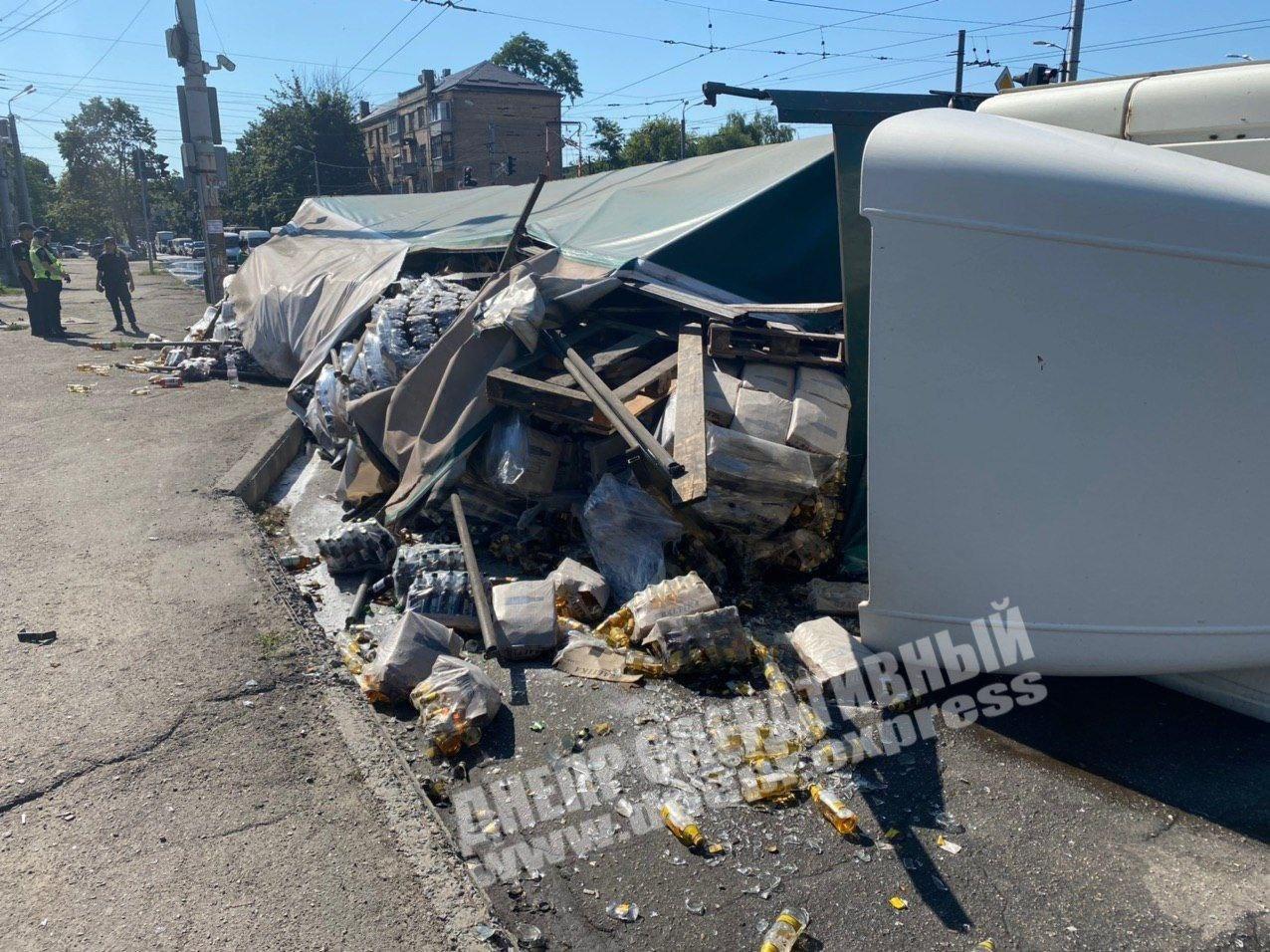 В Днепре на скорости перевернулась фура с пивом: пострадал водитель, - ВИДЕО, фото-2
