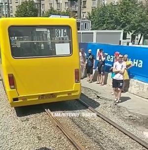 В центре Днепра маршрутка выехала на рельсы: движение трамваев затруднено, - ФОТО, фото-1