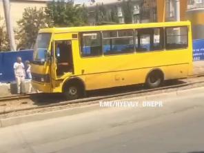 В центре Днепра маршрутка выехала на рельсы: движение трамваев затруднено, - ФОТО, фото-3