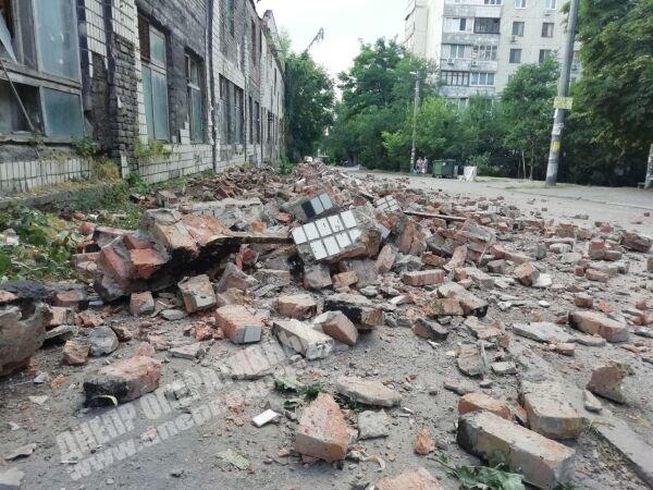 На одной из улиц Днепра произошел обвал фасада здания, - ФОТО, фото-1