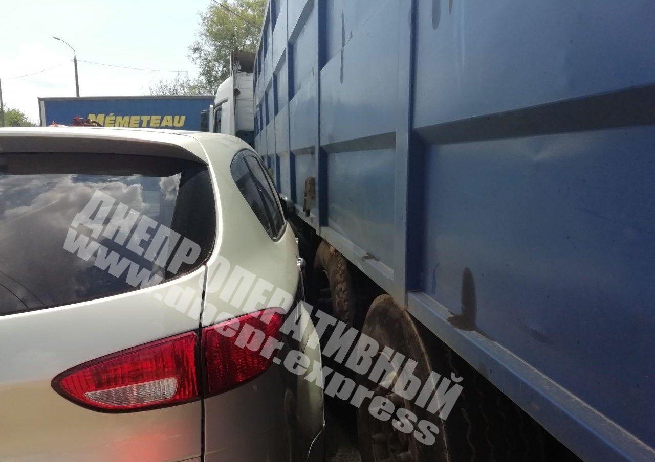 В Днепре на Янтарной столкнулись грузовик и легковушка: на месте аварии образовалась пробка, - ФОТО, фото-2