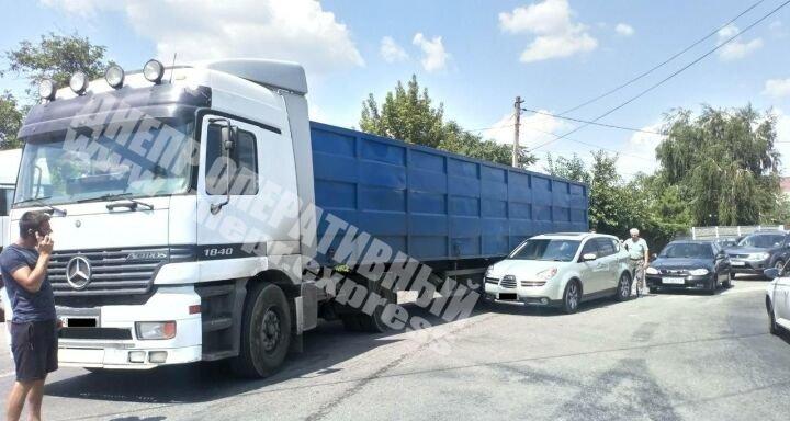 В Днепре на Янтарной столкнулись грузовик и легковушка: на месте аварии образовалась пробка, - ФОТО, фото-1