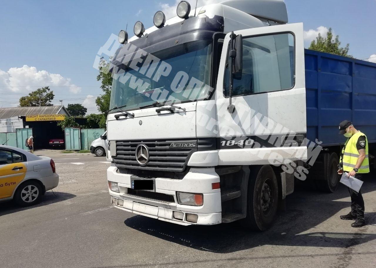 В Днепре на Янтарной столкнулись грузовик и легковушка: на месте аварии образовалась пробка, - ФОТО, фото-3