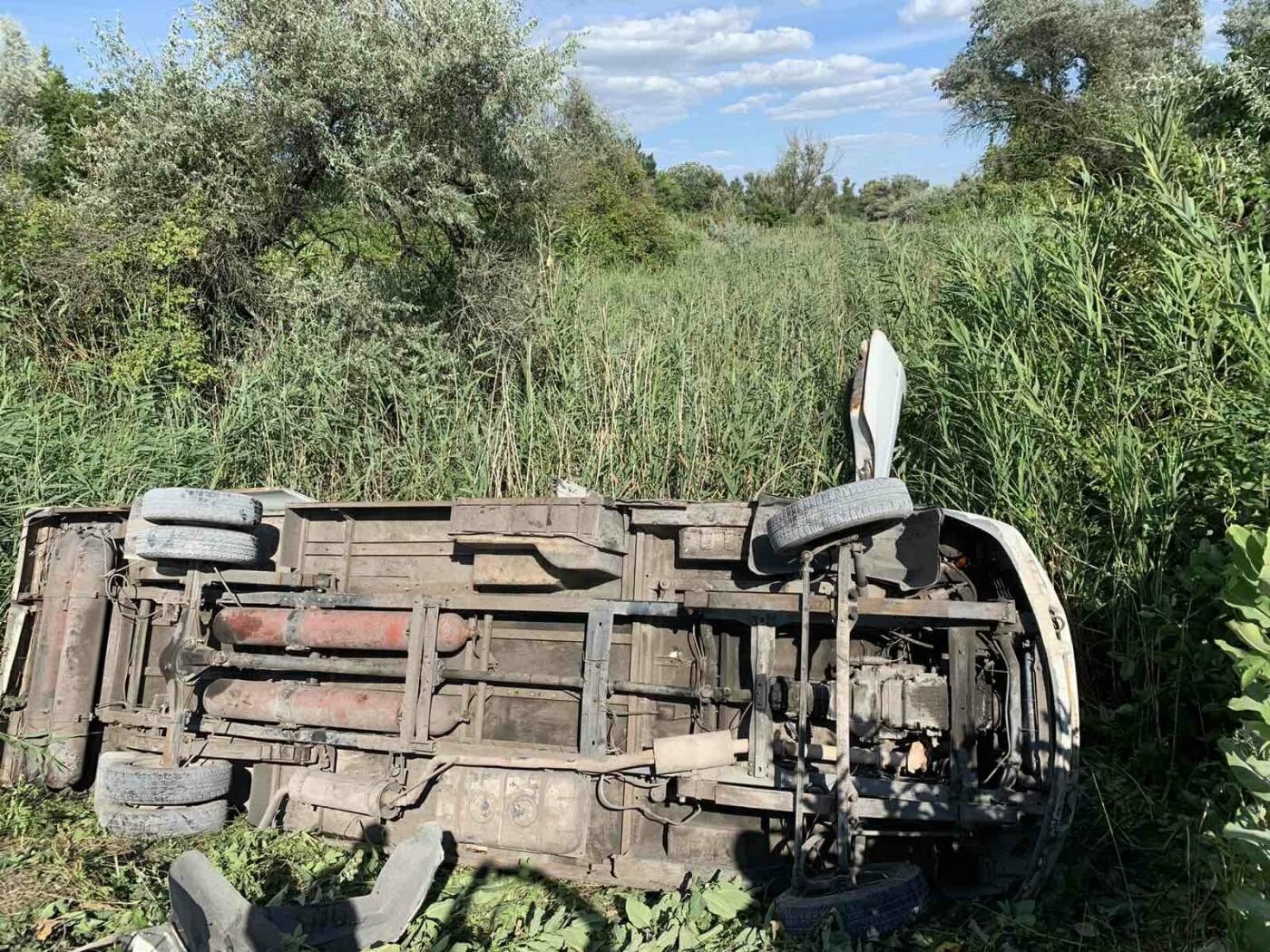 Под Днепром автобус слетел в кювет: 12 пассажиров госпитализировали, - ФОТО, фото-1