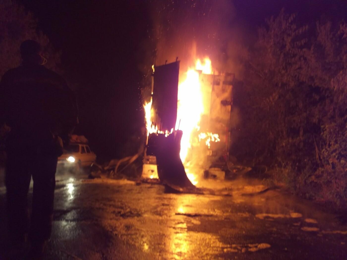 Под Днепром ночью на ходу загорелся грузовик: пожар тушили 1,5 часа, - ФОТО, фото-1
