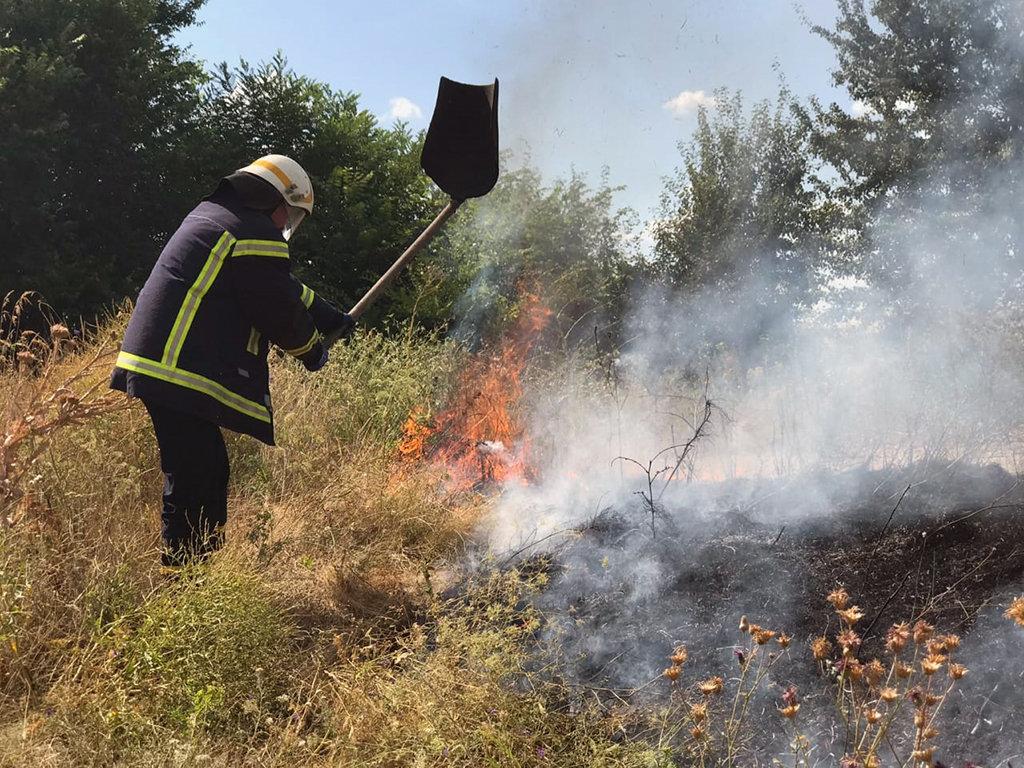 Почти 50 пожаров за сутки: спасатели просят жителей Днепропетровщины не сжигать траву, - ФОТО, фото-5