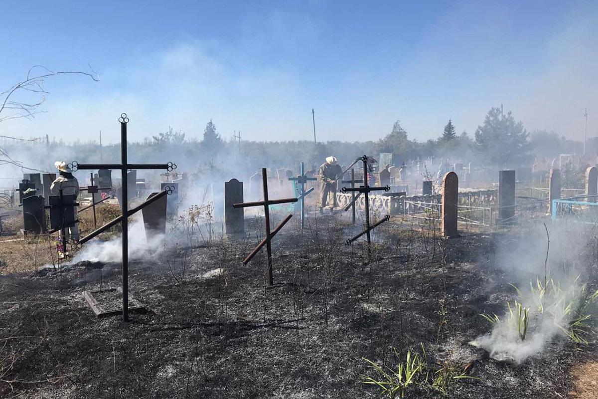 Под Днепром горела трава: огонь перекинулся на кладбище, - ФОТО, фото-2