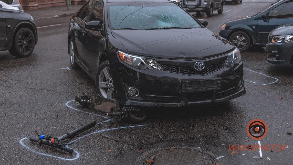 В Днепре автомобиль сбил мужчину на электросамокате: фото и видео происшествия , фото-1
