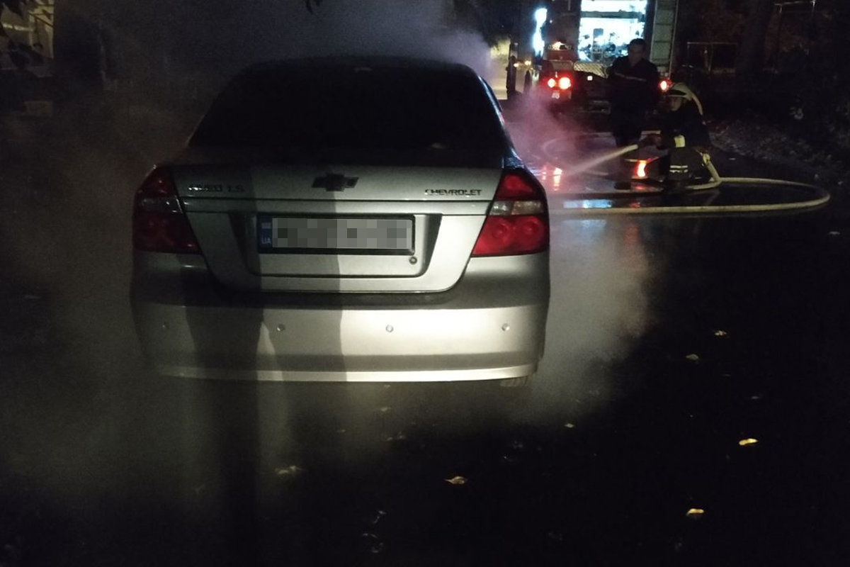 В Днепре сгорела машина на временной стоянке, - ФОТО, фото-1