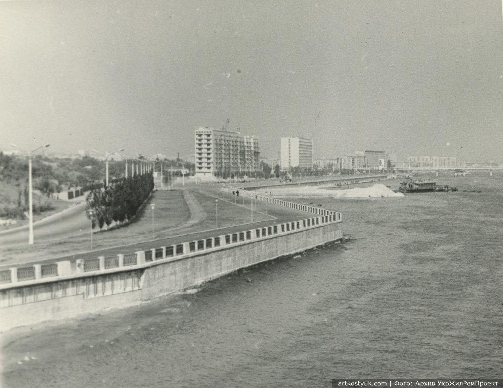 Только построенная набережная с железнодорожной веткой, ведущей от металлургического завода, 1967 год