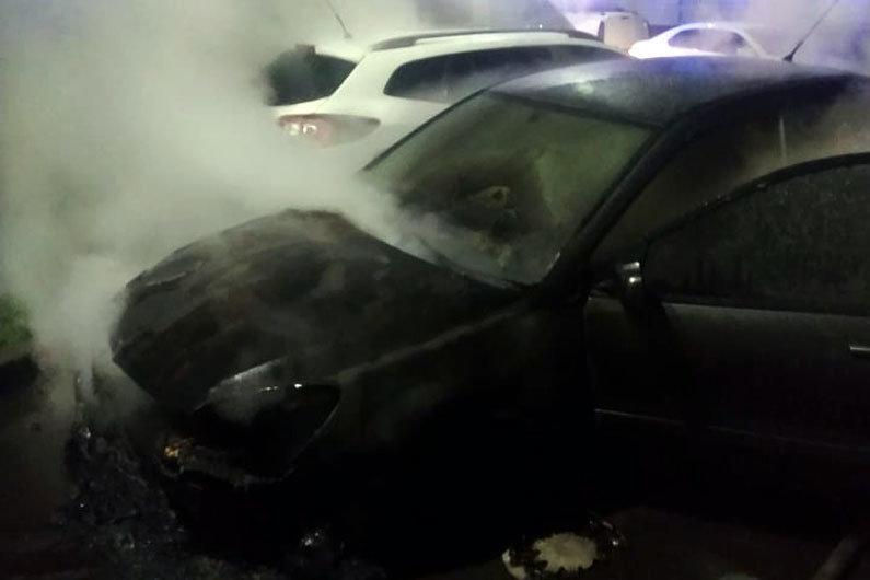 Вероятный поджог авто в Днепре, фото ГСЧС