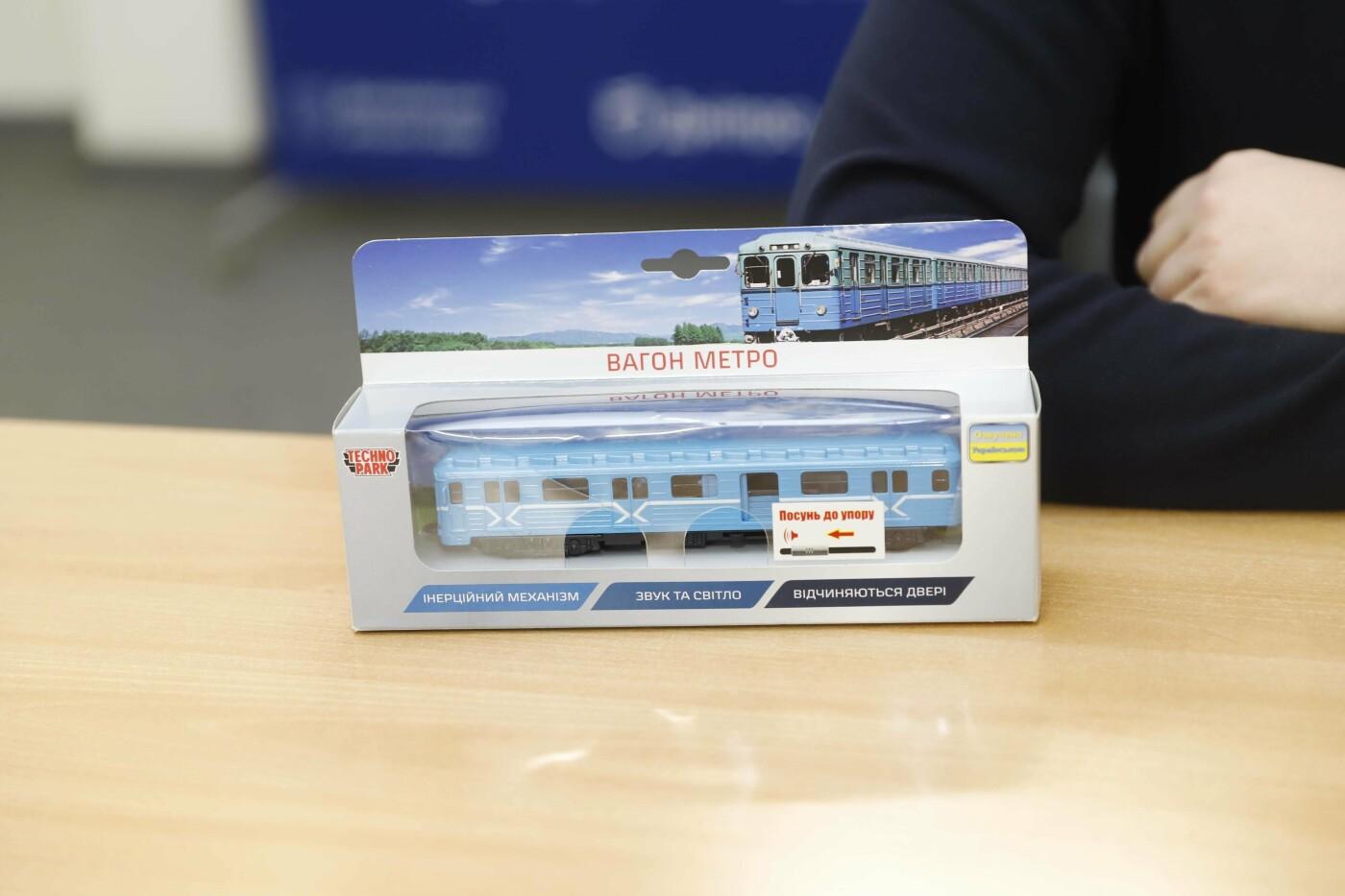 Модели вагона метро и троллейбуса Днепра