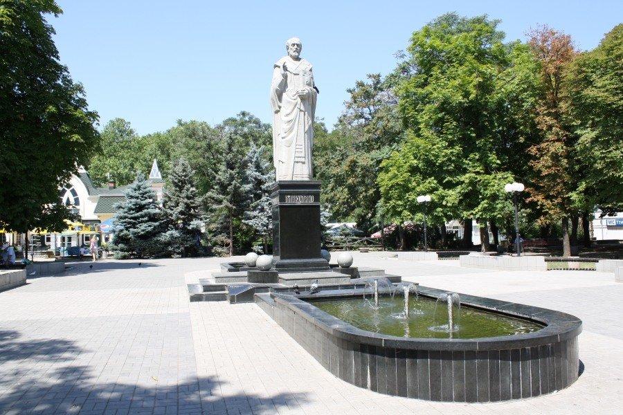 Памятник Святому Николаю в городе кораблей