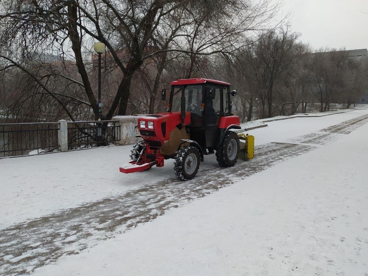 В Днепр пришёл снег: на дорогах работает спецтехника , фото-1