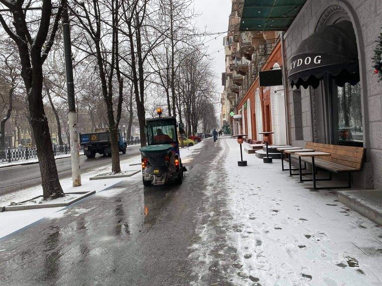 В Днепр пришёл снег: на дорогах работает спецтехника , фото-4